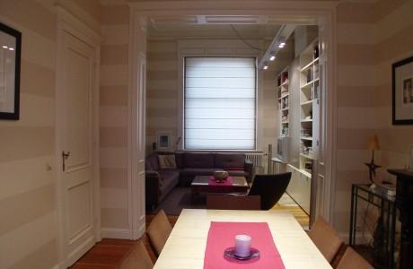 armoire beige et taupe vue dans un salon