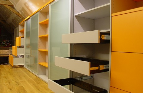 armoire jaune et blanc avec portes semi transparentes