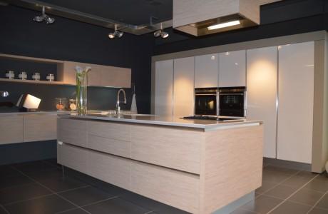 cuisine en bois très clair et portes des placard de couleur blanc