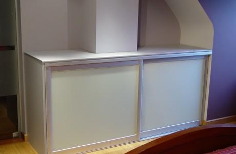 petit placard blanc avec portes coulissantes