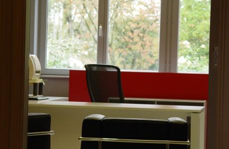bureau blanc - chaise et fauteuil noir - nuance de rouge