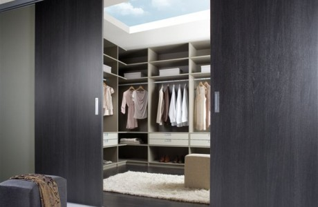 dressing avec portes coulissantes en bois foncé